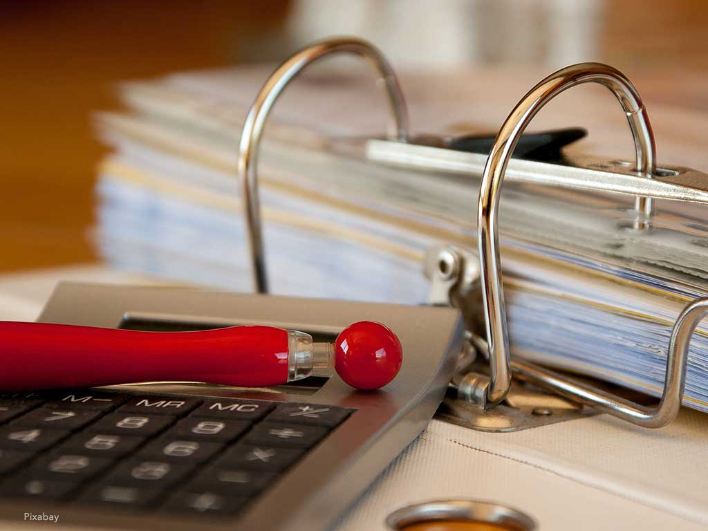 Taschenrechner und Akten für die Hausverwaltung